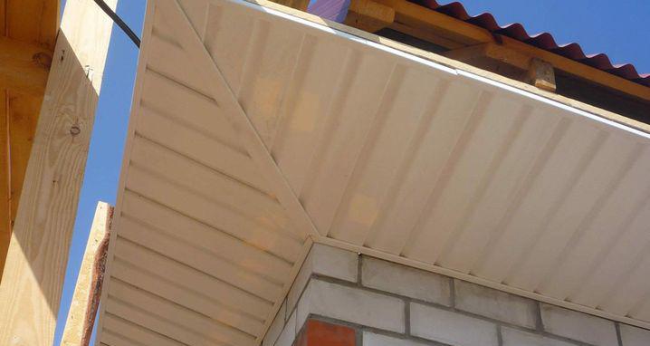 Подшивка карниза крыши сайдингом